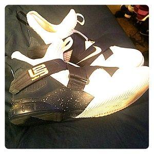 "NWOT!Nike lebron's ""witness"" mid-tops like new"